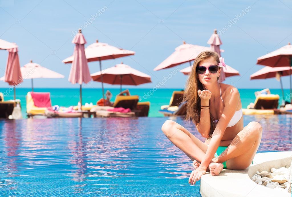 Девушка возле бассейна фото бесплатно фото 234-439