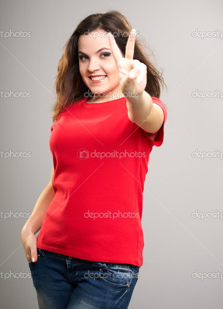 the latest 0f8cb 45f47 Attraente giovane donna in una camicia rossa. donna Mostra ...