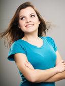 Atraktivní mladá žena v modré košili. Žena stála s přeložením