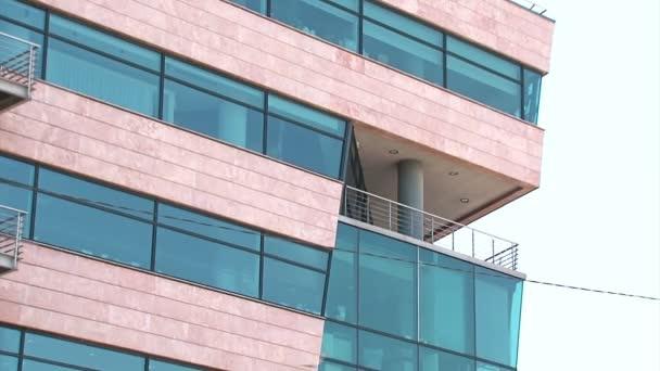 Kancelářská budova vytváří záběr