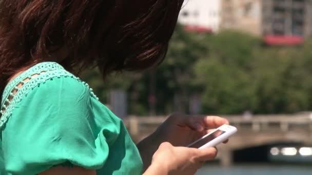 dívka stojící na most a textových zpráv