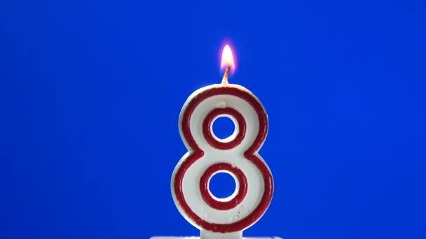 číslo 8-osm narozeninové svíčky hořící - sfouknout na konci