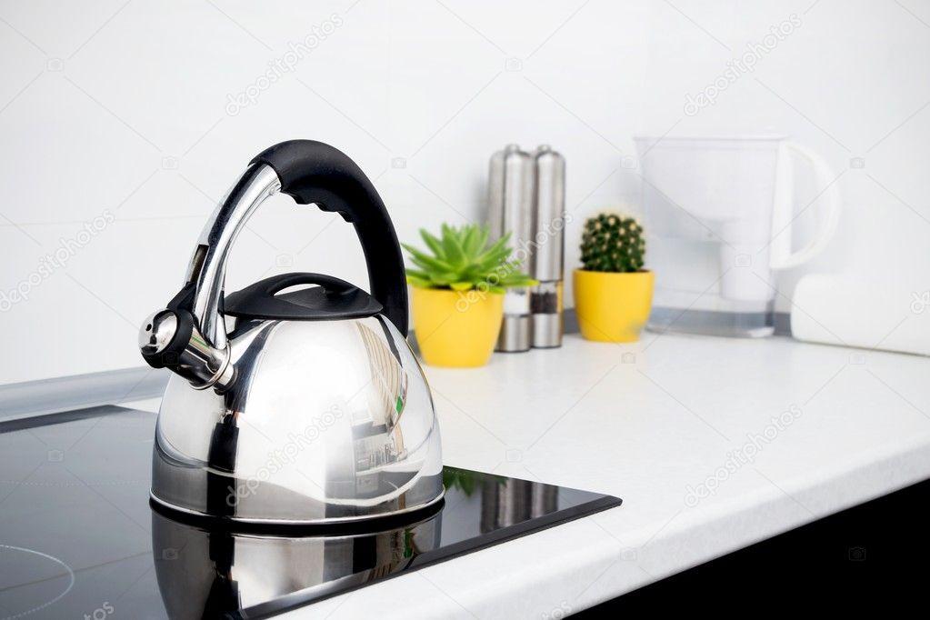 Stahl Kessel in moderne Küche mit Induktionsherd — Stockfoto ...