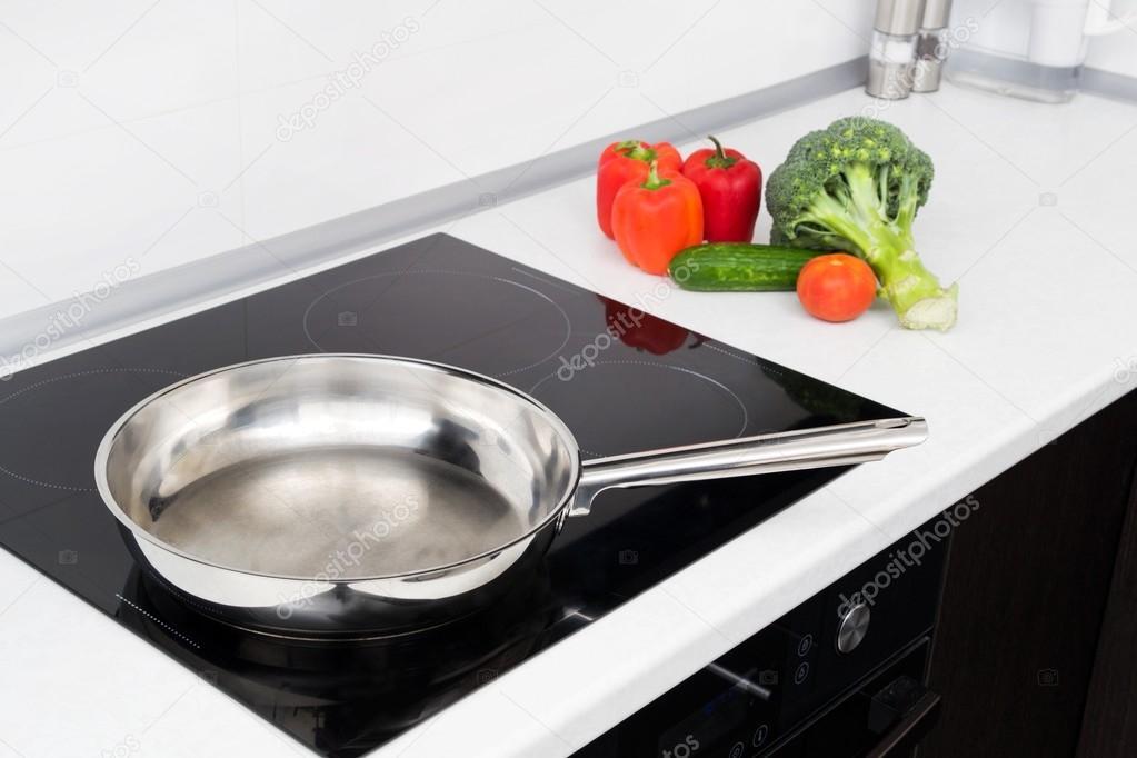 frittura pan e verdure nel moderno piano cottura ad induzione — Foto ...