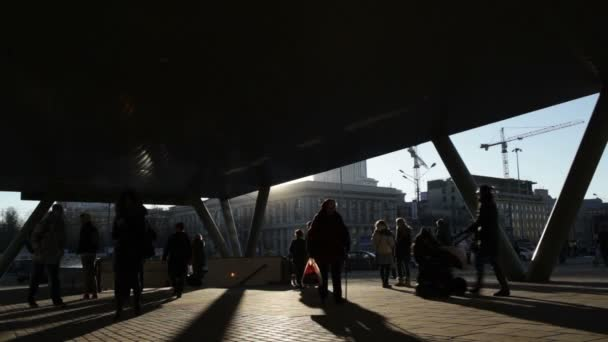 zu Fuß in der Nähe der U-Bahn-Station. Echtzeit