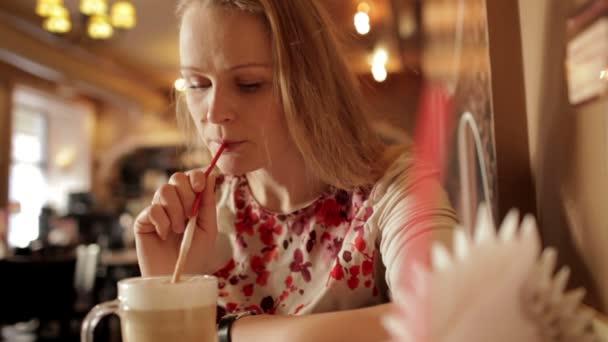 portrét dívky užívat kávu latte v kavárně