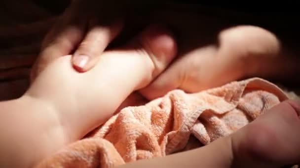 otec masáže dětské nohy