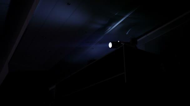 láthatatlan fény munkavállaló a színház.