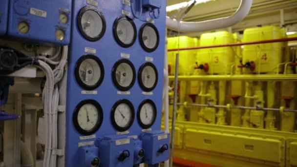 interno barca con strumenti del pannello di controllo 1