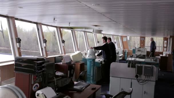 interiér lodi s ovládacích panelech nástrojů