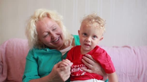 babička v náručí držel její vnuk