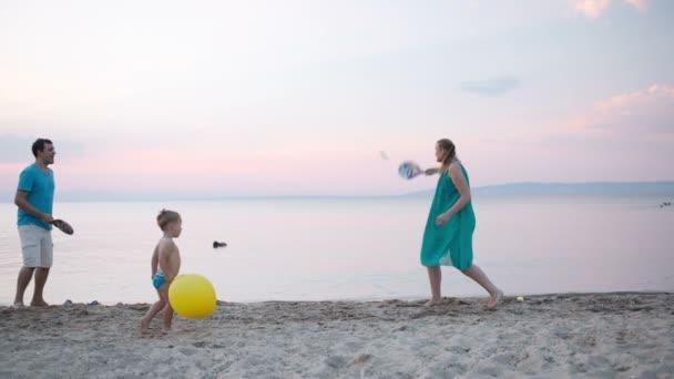 fiatal család szórakoztak a pihentető a tengerparton