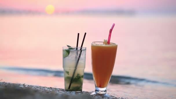 Nahaufnahme Schuss zwei fruchtige alkoholische Cocktails Mojito und Orangensaft