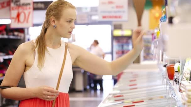 mladá blondýna nákupu výrobků v supermarketu