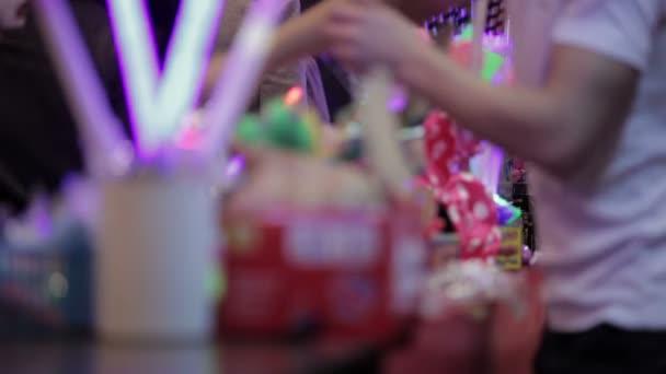 prodavač, prodej čínských svítící hračky na trh stánku