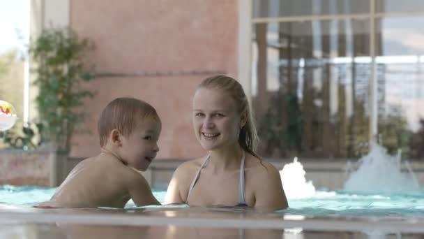 matka a její syn v bazénu