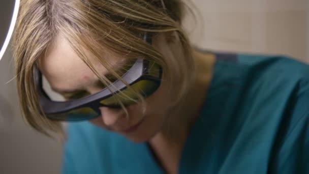medico facendo un trattamento laser frazionale pelle