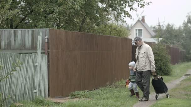 Opa und Enkel kommen ins Tor.
