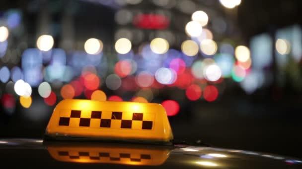 osvětlené taxi taxi podepsat na ulici ve městě