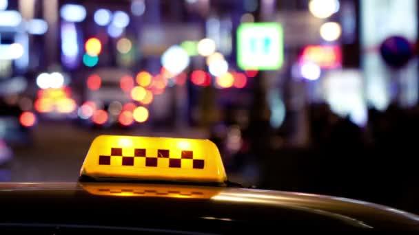 lluminated tradiční žluté taxi podepsat na horní části taxíka