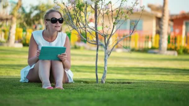 belle femme assis pieds nus sur la pelouse vid o danr13 43942195. Black Bedroom Furniture Sets. Home Design Ideas