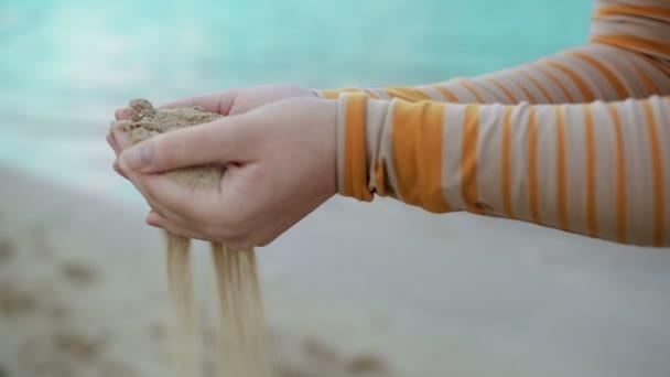 homok öntés nő kezéből