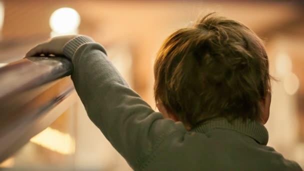 chlapec na letiště eskalátor