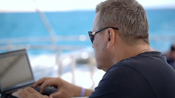 Laptop auf hoher See nutzen