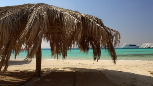 slaměné slunečníky v tropické resort