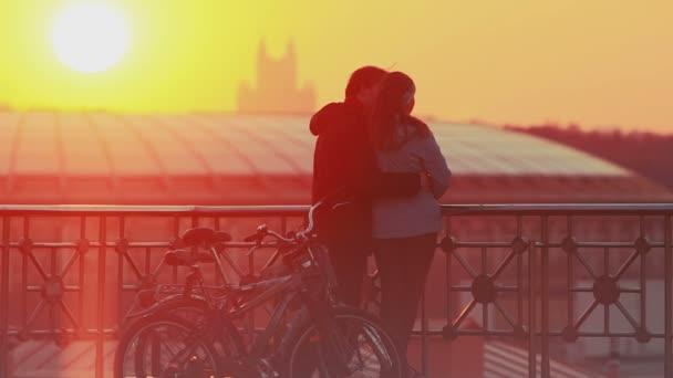 pár těší malebné slunce ve městě