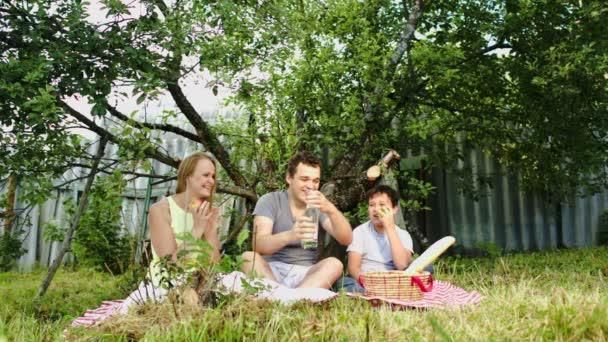 rodiče s jejich synem pikniku na nádvoří