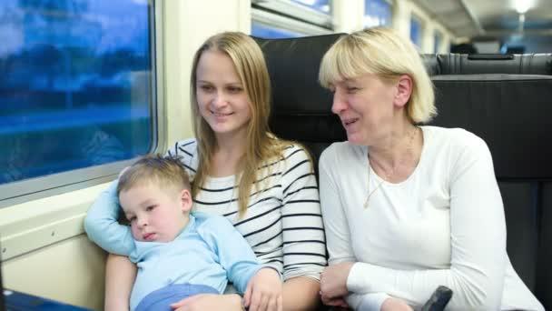 matka, syn a babička cestování vlakem