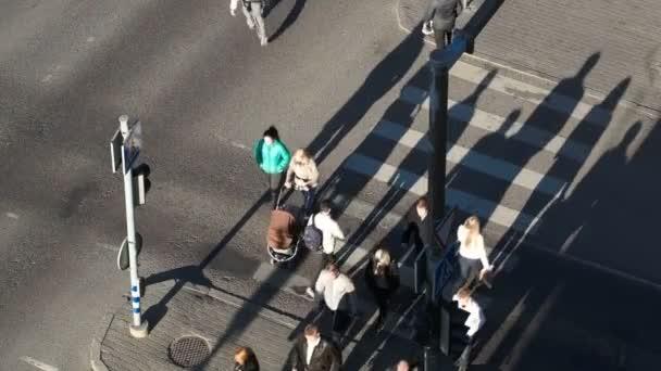 Az emberek átkelnek az úton