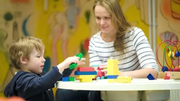 matka a syn hraje s hračkami