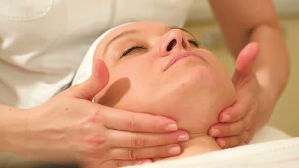 žena při obličejové procedury