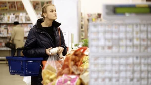 žena výběr zeleniny v supermarketu