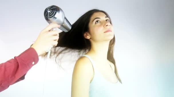 Profi fodrász hosszú haj gyönyörű modell szárítás