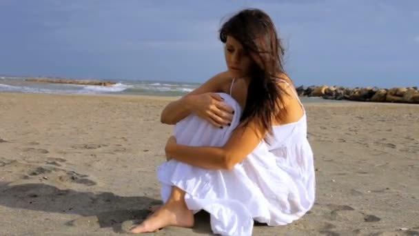 smutná osamělá žena na pláži myšlení