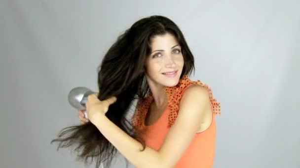weibliches Modell trocknet lange Haare
