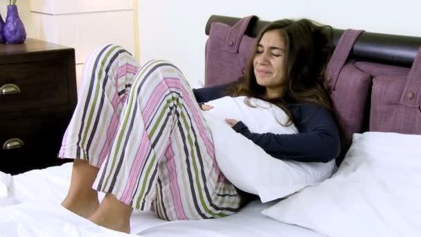 ženy s menstruační bolesti, ležím v posteli