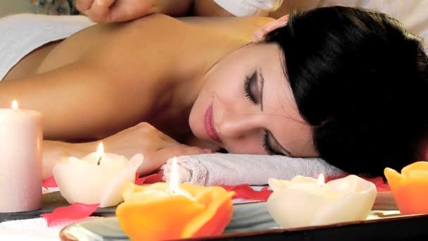 žena během masáže relaxační