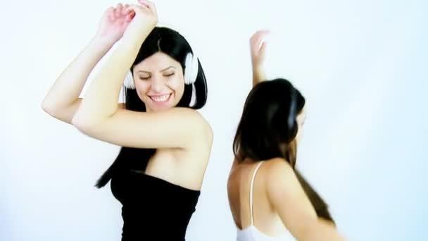 kamarádky tančí šťastný a objímání na znamení přátelství