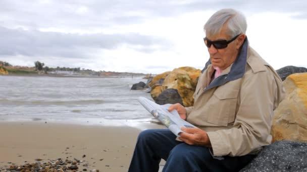 starý muž relaxaci na pláži