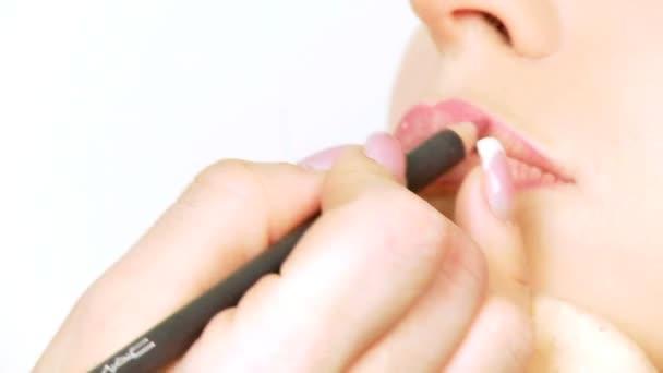 rossetto su labbra rosse del modello moda
