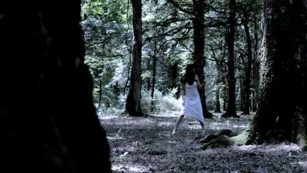 žena strach, v lese