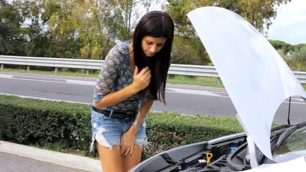 žena dělat legrační výraz pro její rozbité auto