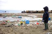 Fotografie Kind beobachten Umweltverschmutzung auf die Umweltkatastrophe Strand