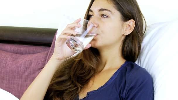 mladá žena pitné vody