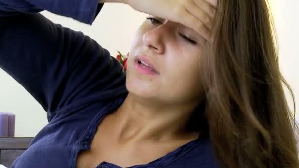 nő az ágyban nagyon erős fejfájás