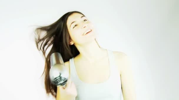 žena sušení dlouhé vlasy happy